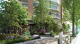 交差することで、新しい価値を創出する。街が持つ気風と呼応する邸を目指して。銀杏並木が美しい中野通りと、プラタナスの並木が続く、水道道路というふたつの並木道を身近にする「ザ・パークハウス 渋谷笹塚」。