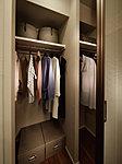 洋服を機能的に収納できるハンガーパイプのほか、帽子やバッグを置ける固定棚も設置。スーツケース等も置けます。
