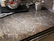 カウンタートップは高級感溢れる天然石またはシーザーストーンを採用しました。インテリア性にも配慮した美しいキッチンです。