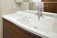 ボウル一体型で、スタイリッシュなデザインの洗面化粧台。継ぎ目がないので、お掃除もカンタンです。