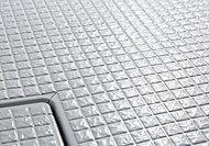 表面に刻まれたパターンが水の流れを誘導し、床が乾きやすく、お掃除の負担が軽減されます。