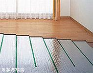 リビング・ダイニングの床下で温水を循環させて足元から室内を暖め、ハウスダストの舞い上がりがなく清潔で快適です。