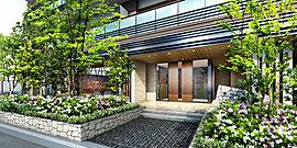 緑の潤いと、自然の素材感を活かした都心至邸にふさわしいエントランス。
