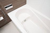なめらかな曲線がソフトな印象を与えるデザインです。全身浴と半身浴ができ、水道・光熱費を節約するエコにも配慮しています。