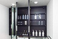 三面鏡裏には、洗面用具などを機能的に収納できるスペースを確保しました。扉には地震の際の安全性を高めるため、耐震ラッチを採用しました。