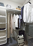 洋服を機能的に収納できるハンガーパイプのほか、帽子やバッグの収納場所となる枕棚も設置。スーツケースなども置けます。