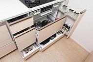 奥のものまで出し入れしやすいソフトクローズ機能付きスライド収納です。通気用のパンチング加工を施した野菜ストッカーを内部に設けています。