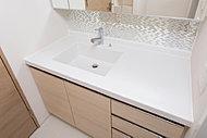 スタイリッシュなデザインの洗面化粧台は継ぎ目がないので、お掃除もカンタン。2人並んでも使える、ボウル片寄タイプです。