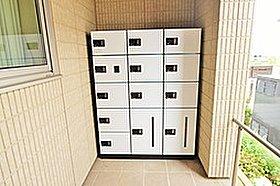 不在時にも配達される宅配ボックスを設置。再配達を防ぎます。