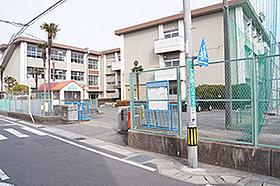 市立本荘小学校(約540m:徒歩7分)