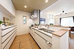 リビングが見渡せるキッチンは十分なスペースを確保していて収納も充実。(モデルハウス)