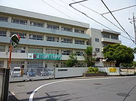 七林中学校まで徒歩12分(約900m)