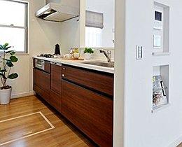 大容量のシステムキッチン。人気の対面式プランを設置。