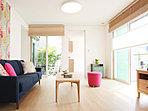 キッチンからダイニング、リビングへとつながっている空間は、中庭から和室へとひろがっていきます。(21-40号地・家具付モデルハウス)