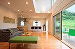 南向きひな壇の形状を活かし、自然光をたっぷり取り入れるプランをご提案することが可能です。<内観施工例>