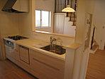 <1号棟キッチン> 「食洗機・浄水器・オールスライド収納」など機能性に優れたシステムキッチンを採用 「パントリー+勝手口付設計」でママ目線の使い勝手の良いキッチンが完成しました