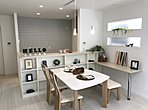 フレンチリゾートタイプのリビングです。ホワイトアッシュの床材が清潔で、すがすがしい印象です。リビング横には、あると嬉しい畳コーナー。少し小上がりになっているのでキッチンからお子様の様子が良く見えます。