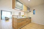 部屋全体を見渡すことができるカウンターキッチン。キッチン周りに風呂・洗面の水回りを集約しており、掃除がしやすい動線設計です。/現地コンセプトハウス「健やかな家」