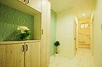 玄関を入ると、爽やかなグリーンのクロスが印象的なナチュラルな空間がお出迎え。