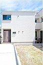 「中庭でつながる家」 2階建、スカイバルコニ、 駐車2台可/現地モデルハウス