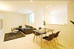天井を高くし、採光を取り入れる設計の明るいリビング。白を基調としており、どんな家具にもよく合います。/当社施工例