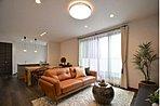 大きな窓から明るい自然光が注ぐリビング。木目のフローリングは、様々な色味やデザインの家具も合わせやすいので、家具選び、照明選びも楽しくなりますね。/現地コンセプトハウス「リゾート気分を味わう家」
