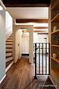 【コンセプトハウス】玄関横のアーチを抜けるとシューズクロークがあり、階段下にも収納スペースを。見た目はスッキリとしたエントランスは急な来客にも大助かりです。