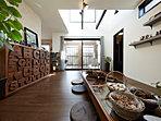 【自由設計例】襖を開放すれば、続き間の和室と一体化して大空間になるリビング