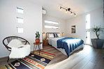 3面採光の明るい広々とした寝室。(現地15号地モデルハウス、2018年1月撮影)