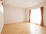 たっぷりの収納力あるクローゼットを設けた主寝室。南向きで光が入る明るいお部屋です。