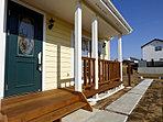ウッドデッキが映える北米風のエコ住宅です。(平成29年1月22日撮影)