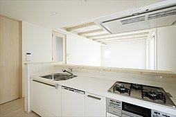 使い勝手の良いシステムキッチン。食器洗い乾燥機付なので食後の洗い物も楽々です。(施工例写真)