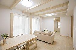 採光がたっぷりの明るく快適な住空間。やわらかい暖かさでお部屋をむムラなく温めるガス温水式床暖房を標準装備。(施工例写真)