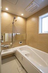 浴室暖房乾燥機つきなので暖かく快適な入浴が愉しめます。また、夜にお洗濯する方でもスッキリ乾かせます(施工例写真)