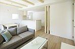 A棟:自然と家族が集う、南向きの気持ちのいいリビング※販売価格に家具は含まれません。
