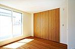 A棟:しっかりと収納力を備えた主寝室は、一日の疲れを癒やすくつろぎの空間。