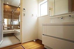 子どもの成長に合わせて、2室に変更可能な2ドア1ルーム。お子さまが小さいうちは間仕切らず、広々とお使いいただけます(施工例写真)