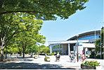 【光が丘公園】…1,650m  都内有数の広さを誇る総合公園。園内にはバードサンクチュアリーや芝生広場、様々なスポーツ施設などが点在するほか、BBQ広場もあり、家族や友人と賑やかな休日を楽しむこともできます。敷地内には図書館や体育館も併設され、区民の人気スポットとなっています。