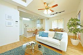 ゆとりある贅沢空間でホームパーティが楽しめる家。