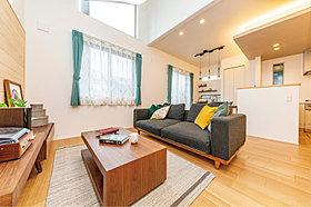 ウッド素材と吹抜けを設えた開放感あふれる2階リビングの家。