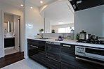 【現地キッチン】キッチンなどの水回りには、耐水性に強いフロアーを採用