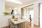 キッチンから目の届く和室は小さいお子様のいる家庭にうってつけ!調理しながら様子が伺えます。
