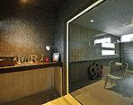 ●隠れ家的書斎から愛車を眺めるスキップフロアの家