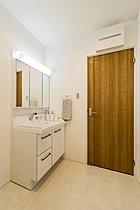 洗面室には壁面にも収納を確保しています。