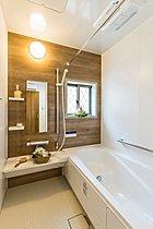 浴室は窓もあり開放的。浴室暖房換気扇も標準装備です。