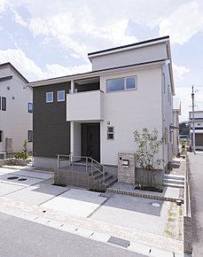 4台分の駐車スペースと広いお庭を確保した、ゆとりある外構