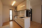キッチンは、食器洗浄乾燥機・浄水器内蔵型水栓・ガラストップコンロなどを備えた充実仕様です (No.3)