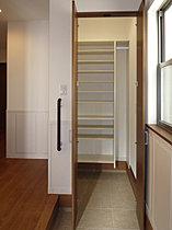 玄関収納+シューズクロークで玄関はいつもスッキリとした印象に
