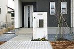 門柱は建物の外観にあわせたデザインを採用。ポスト一体型の洗練されつつ機能的なタイプを標準で設置しています。(3号棟・2017年3月撮影)