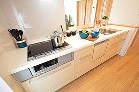 IHクッキングヒーターを搭載したキッチン。(当社施工例)